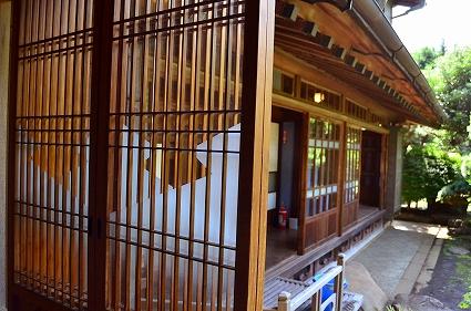 1階西側厠前 松皮菱の硝子障子 厚木古民家岸邸.jpg