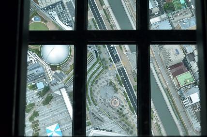 ガラス床から下を眺める スカイツリー展望デッキ.jpg