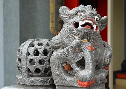 三重の透かし彫りと狛犬 本殿前 聖天宮.jpg