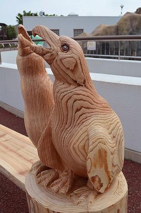 木彫りベンチ ペンギン 福山市立動物園.jpg