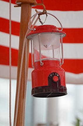 赤×白パラソルと赤いランタン テラス席 キャス・カフェ.jpg
