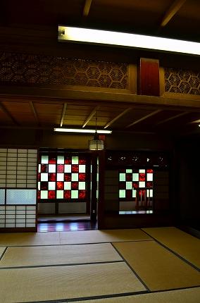 2階西側 市松文様のステンドグラス 厚木古民家岸邸.jpg